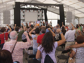 Momento de cantar La Internacional para cerrar el acto de homenaje a la Guerrilla antifranquista. Foto Toni Gutiérrez