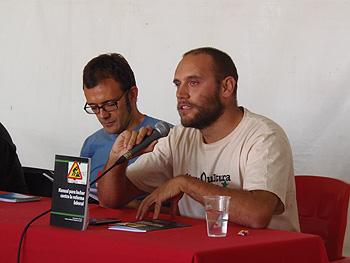 Isaac Rosa y Luis Cotarelo durante la presentación del libro Manual para luchar contra la Reforma Laboral. (Foto: Toni Gutiérrez)