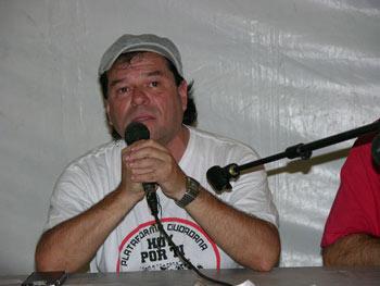Nelson Restrepo explicando la Plataforma Hoy por ti – Red de Solidaridad de Fuenlabrada (Foto: Francisco Lavado)