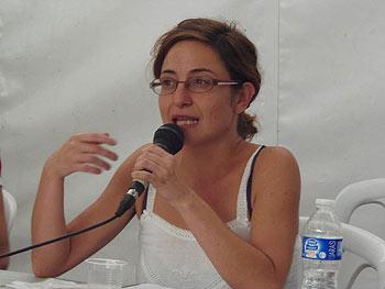 Isabel Crespo explicando la experiencia de la Red de Solidaridad Popular de Cantabria (Foto: Toni Gutiérrez)