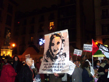 Instantánea de la concentración de apoyo a Aminetu Haidar (foto: Fernando Jiménez Briz)