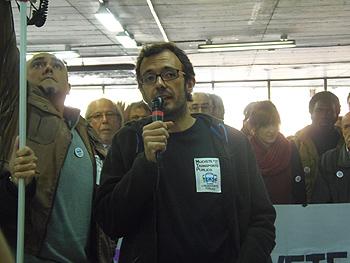 El ciudadano Isaac Rosa durante su intervención
