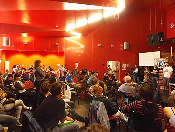 Informándose sobre las experiencias locales de los nodos. (Foto: Toni Gutiérrez)