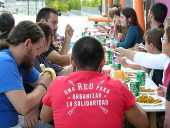 La RSP compartiendo la paella popular. (Foto: Francisco Lavado)