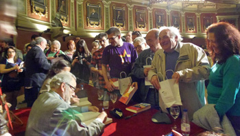 Julio Anguita y Carmen Reina firman ejemplares de su libro Conversaciones sobre la III República (Foto: Toni Gutiérrez)