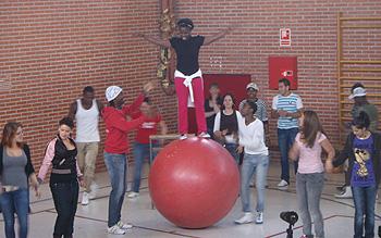 Participantes en el taller de circo celebrado en la Prisión de Alcalá-Meco Mujeres durante otro de sus números