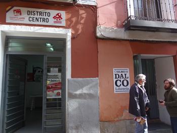 Sede de IU Centro Madrid y entrada a la Librería Dalcó (Fotografía: Toni Gutiérrez)