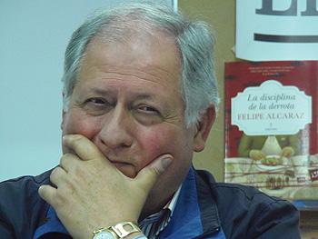 Felipe Alcaráz presentado su novela La disciplina de la derrota (Fotografía: Toni Gutiérrez)