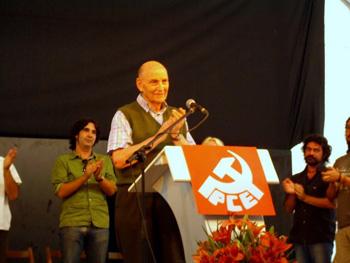 Marcos Ana aplaudiendo al público durante el homenaje