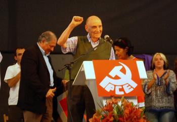 Marcos Ana saludando con el puño en alto