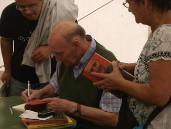 Marcos Ana firmando libros en la Fiesta