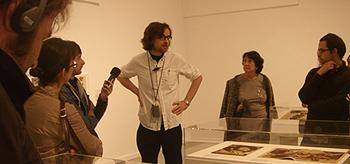 Jorge Ribalta, comisario de la exposición, durante la visita guiada (Foto: Toni Gutiérrez)