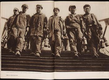 Uno de los libros que forman parte de la exposición Una luz dura, sin compasión. El movimiento de la fotografía obrera, 1926-1939