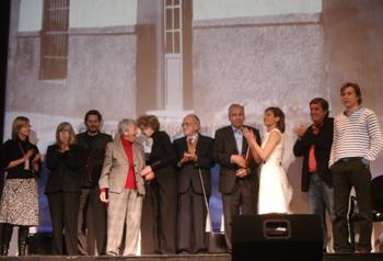 Foto final con las personas que han intervenido en el acto de Homenaje a Miguel Hernández