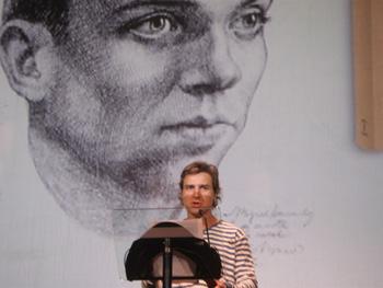 Alberto San Juan durante la lectura de uno de los poemas de Miguel Hernández