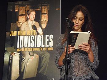 Melani Olivares lee el principio de Invisibles (Foto: Toni Gutiérrez)