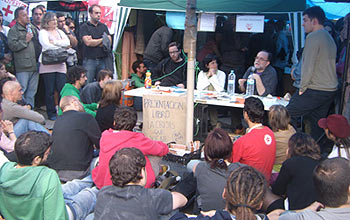 Isidro López, Charo Morán y Carlos Taibo durante la presentación del libro La crisis que viene en la Acampada Sol (Foto: Toni Guitiérrez)