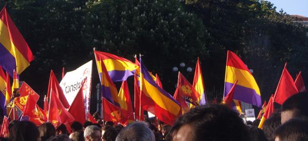 Banderas republicanas al inicio de la manifestación conmemorando el 80 aniversario de la II República (Foto: Toni Guitiérrez)