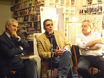 Gaspar Llamazares, Alejandro M. Gallo y Jesús Egido presentando Morir bajo dos banderas en la librería Rafael Alberti. (Foto: Toni Gutiérrez)