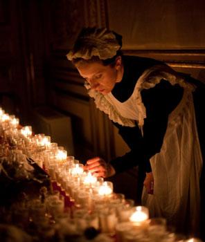 Una de las mujeres de servicio que se quedó atrapada en el siglo XIX, encendiendo las velas para la visita nocturna al Palacio de Linares