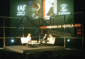 Marta Robles (presentadora del acto), Fernando Marías (ganador del premio) y María Tena (finalista del premio)