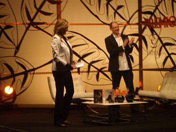 Marta Robles (presentadora del acto) y Fernando Marías (ganador del premio)