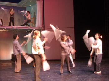 Los artistas de la compañía realizando un número de malabares durante el espectáculo