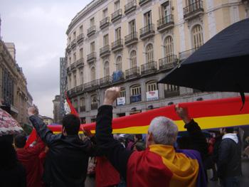 14.04.2010 Despliegue de la bandera republicana en la Puerta del Sol (Foto: Toni Gutiérrez)