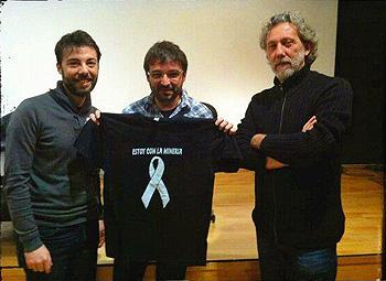 Marcos Martínez Merino, Jordi Évole y Javier Bauluz posan en apoyo a la minería. (Foto por cortesía de Mujeres del Carbón en Lucha)