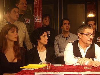 Marian Degás, Adriana Ozores y Ángel Pardo sentados en la mesa