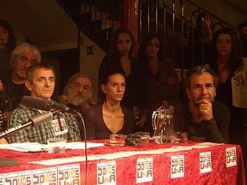 MIñaki Miramón, Laurda Domínguez y Guillermo Toledo sentados en la mesa