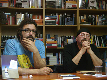Willy Uribe y Carlos Salem durante la presentación de la novela Los que hemos amado