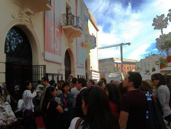 Público esperando el pase en los cines Albeniz (Foto: Toni Gutiérrez)