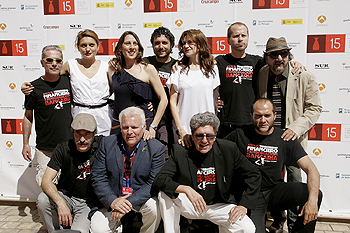 El equipo de la película El mundo es nuestro posa en el Photocall