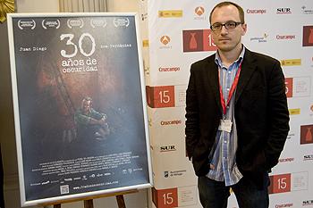 Manuel H. Martín, director de 30 años de oscuridad, posando durante el festival (Foto: Ana Belén Fernández, por cortesía del Festival de Málaga)