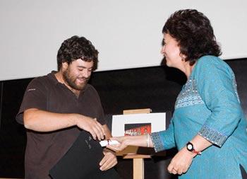 Miguel Ángel Jiménez, director de Ori recibe el primer premio de la Sección Oficial de largometraje que el entrega Pilar García Elegido. Foto: ©martaescenica