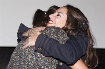 Natalia Mateo, ganadora del segundo premio, recibe el abrazo de Ione Hernández Foto: ©martaescenica