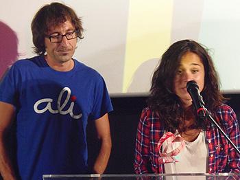 El director Paco B. Baños y la actriz Nadia de Santiago recogiendo el premio al mejor largometraje por Ali