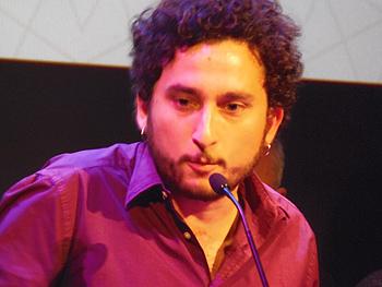El director Hammudi Al-Rahmoun Font agradeciendo el premio al mejor largometraje por Otel·lo