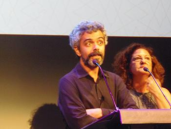 Manuel Fernández, uno de los directores de La alfombra roja, agradeciendo el premio al mejor cortometraje