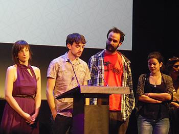 La junta de la Plataforma (Montse Santalla, Enrique de Tomás, Manuel Arija y Alma Prieto) leyendo el comunicado