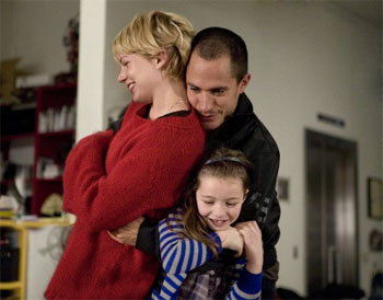 Michelle Williams, Gael García Bernal y la niña Sophie Nyweide en una escena de la película «Mammoth»
