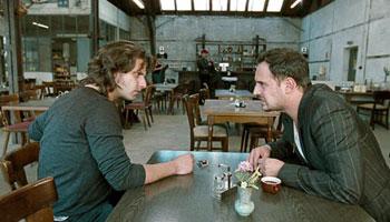 Adam Bousdoukos y Moritz Bleibtreu en una escena de la película Soul Kitchen