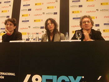 Jonás Trueba, Bárbara Lennie y Gerando Herrero en la rueda de prensa de Todas las canciones hablan de mí