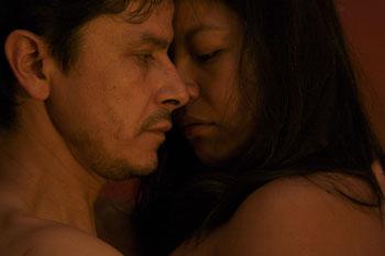 Mónica del Carmen y Gustavo Sánchez Parra en una escena de la película Año bisiesto