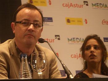 El director Manuel Martín Cuenca y la actriz Verónica Echegui durante la rueda de prensa de La mitad de Óscar