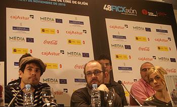 El actor Unax Ugalde, el director Borja Cobeaga y la actriz Alexandra Jiménez durante la rueda de prensa de la película No controles