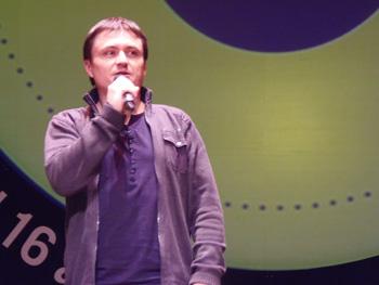 Cristian Mungiu presentando su película După dealuri / Beyond the hills durante la gala