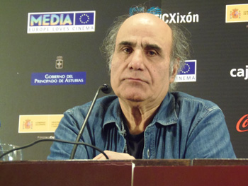 Amir Naderi en la rueda de prensa
