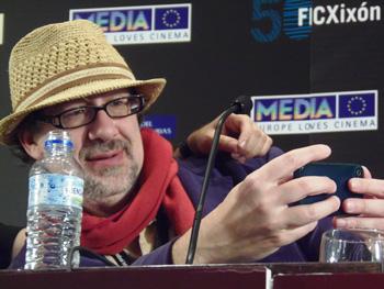 Dan Mirvish juega a hacerse fotografías durante la rueda de prensa de presentación de su película Between Us